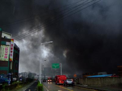 12일 새벽 한시경 시작된 군포시 물류 창고 화재는 인화물질로 인해 불길이 좀처럼 잡히지 않고 있다.소방관들이 화재 진압에 나서고 있다.