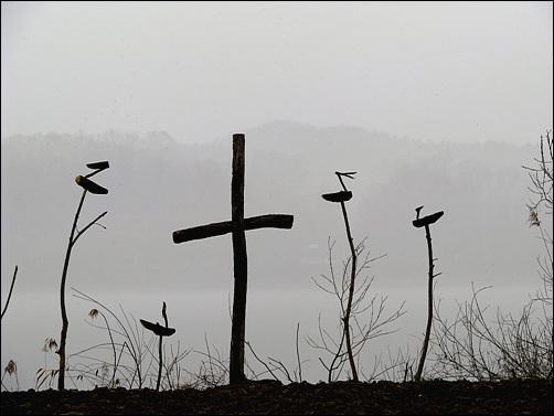 북한강가에 세워진 솟대와 십자가 2010년 4월 1일- 4대강 사업 반대 금식기도회가 열리고 있는 팔당유기농단지