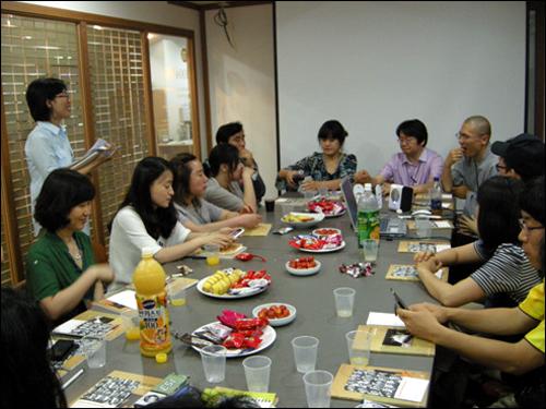 고재열 기자의 트위터 강의 고재열 기자의 트위터 이야기를 듣기 위해 자리를 옮긴 참석자들.