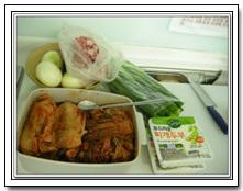 김치찌개 재료 묵은 김치, 돼지고기, 양파, 대파, 두부가 보인다.