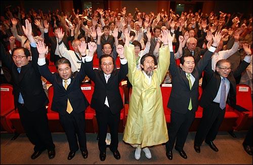 김상근 6·15공동선언실천 남측위원회 상임대표를 비롯한 정세균 민주당 대표, 강기갑 민주노동당 대표, 송영오 창조한국당 대표, 이재정 국민참여당 대표(앞줄 오른쪽부터) 등 참석자들이 15일 오전 서울 견지동 조계사 한국불교역사문화기념관에서 열린 '6·15공동선언 발표 10주년 기념 평화통일민족대회'에서 평화 통일을 기원하며 만세를 부르고 있다.