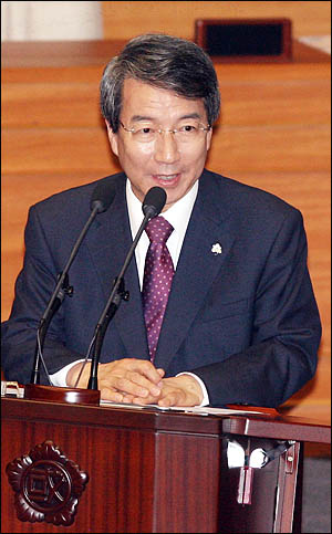 정운찬 총리가 15일 국회 외교안보통일분야 대정부질문에서 질의에 답변하고 있다.
