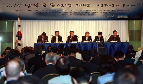 문정인 연세대 교수가 15일 오후 서울 홍은동 그랜드힐튼호텔에서 김대중평화센터 주관으로 열린 '6.15 남북공동선언 10주년 학술회의'에서 '6.15남북공동선언 10년, 안보와 평화의 함의' 주제로 발표를 하고 있다.