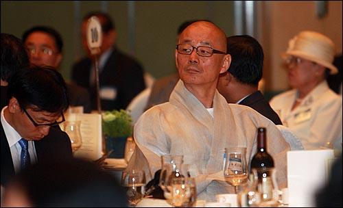 봉은사 주지인 명진 스님이 15일 저녁 서울 홍은동 그랜드힐튼호텔 컨벤션센터에서 열린 '6.15 남북정상회담 10주년 기념 학술회의 및 만찬'에서 참석해 강만길 고려대 명예교수의 강연을 경청하고 있다.