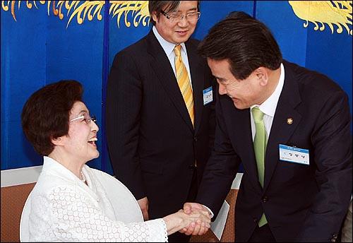 15일 저녁 서울 홍은동 그랜드힐튼호텔 컨벤션센터에서 열린 '6.15 남북정상회담 10주년 기념 학술회의 및 만찬'에서 이희호 김대중평화센터 이사장과 정동영 전 통일부 장관이 인사를 나누고 있다.