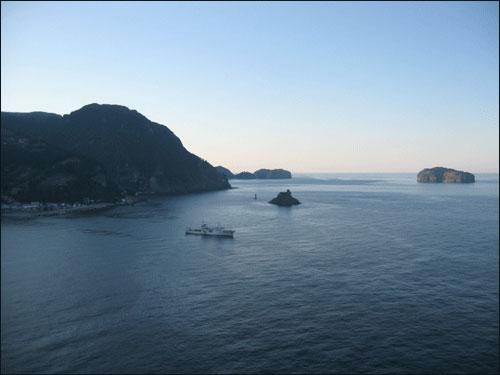 저동항 바다 저물녘에 만난 저동항 바다. 멀리 죽도가 보인다.