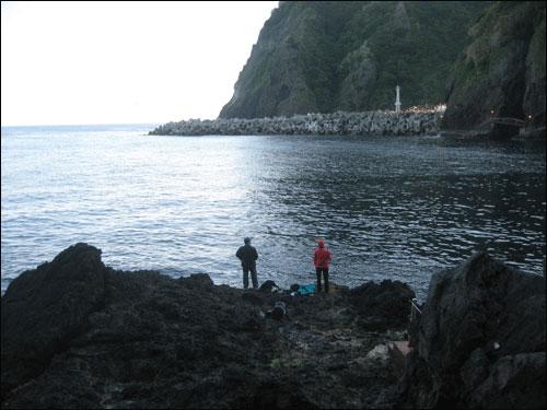 울릉도 바다.. 해안가 길을 걷다가 본 낚시하는 사람들