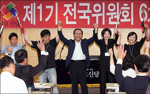 노회찬 진보신당 대표가 19일 서울 대방동 여성플라자에서 열린 진보신당 전국위원회의에서 지방선거 당선자들과 함께 만세를 외치고 있다.