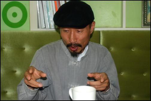 김창의 대표 <연어>에 대한 자신의 생각과 느낌을 설명하고 있다.