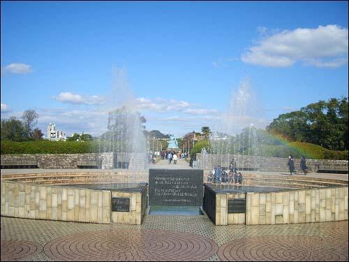 나가사키 평화공원 해마다 8월 9일 오전 10시 평화기념식이 거행(나가사키 시 주최)되는 나가사키 평화공원. 입구에는 '평화의 샘' 분수가 있고, 정면으로 멀리 '평화기념상'이 눈에 띈다.