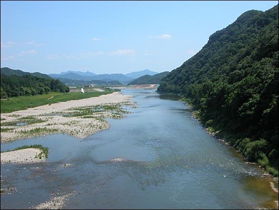 남한강으로 흘러들기 직전의 섬강. 한강의 원형이라고 할 수 있는 모래톱과 나무 숲이 살아 있는 풍경이 무척 아름답다.