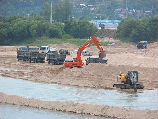 문경시 영풍교 아래 드라마 촬영 장소로 쓰이던 낙동강변의 아름다운 모래사장을 군부대를 동원해 파헤치고 있다.