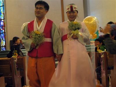 필자 부부 결혼식은 양성평등 결혼식으로 모교 예배당에서 진행되었다.