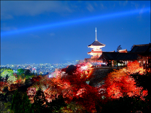 교토의 야경. 교토 고유의 문화적 전통은 도쿄 중심의 '주류 경영방식'과 구분되는 교토만의 기업문화를 일구어 낼 수 있었다. 한국은 일본보다 더 위계화된 기업조직을 가지고 있으며, 서울 아닌 지역들을 '지방'으로 치부하는 극단적 서울중심주의는 혁신의 여지를 더욱 좁혀가고 있다.