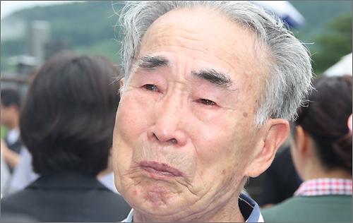 무궁화 당에 있는 유골을 보면서 눈물을 흘리는 김한수(92)씨. 그는 조선인 강제 징용 노동자로서 나가사키 미쓰비시 조선소에서 일했다.
