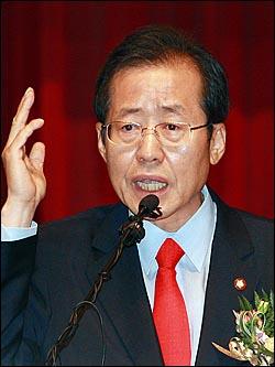 한나라당 차기 당대표에 출마한 홍준표 예비후보가 2일 오전 서울 여의도 국회 의원회관 대회의실에서 정견발표를 하고 있다.