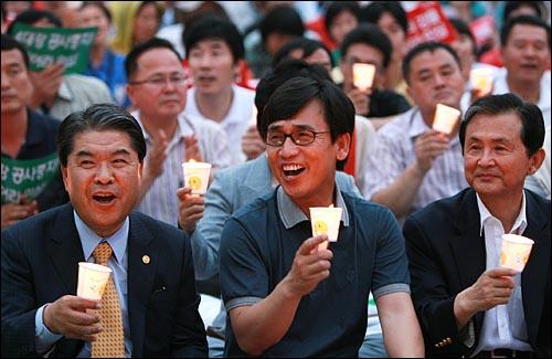 이재정 국민참여당 대표와 유시민 전 장관이 3일 밤 서울시청앞 서울광장에서 4대강 사업 중단을 위한 각계 연석회의(시민사회단체·종교계·야당 등 참여)가 주최한 '4대강 사업 중단 범국민대회'에 촛불을 들고 참석해서 노래를 부르고 있다.