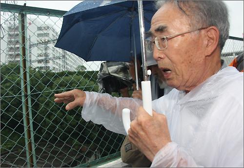 나가사키시 미쓰비시 조선소가 내려다보이는 언덕에서 1945년 당시 일하던 장소를 설명하고 있는 조선인 강제 징용 노동자 김한수(92) 씨.