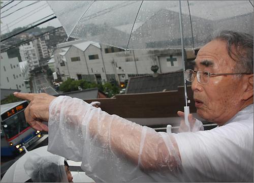 조선인 강제 징용 노동자 김한수(92) 씨. 정면으로 보이는 하얀색 건물들이 미쓰비시 조선소 건물이다.