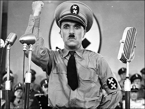 히틀러를 모델로 독재정치가 인간에게 끼치는 폐해를 풍자한 찰리 채플린의 영화 <위대한 독재자>의 한 장면.