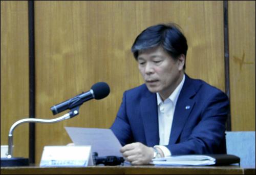 7일 오후 KBS 국제회의실에서 열린 '김미화씨 발언에 대한 KBS 입장 발표' 기자회견에 참석한 조대현 KBS 부사장이 입장문을 읽고 있다.