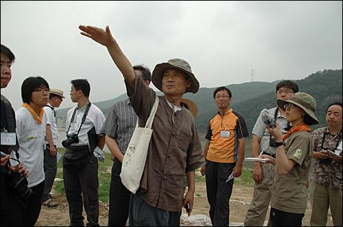 이인식 한국습지NGO네트워크 공동대표가 10일 합천보 공사 현장에서 한국과 일본 습지 전문가들한테 설명하고 있다.