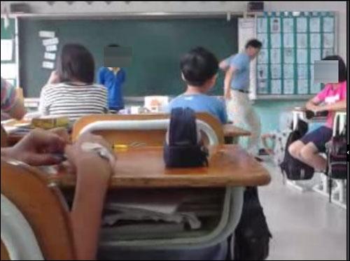넘어진 학생에게 발길질을 하는 오아무개 교사.