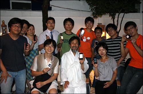 강기갑 트위터 번개 19일 강기갑 트위터 번개에서 강 대표와 참석자들이 인증샷을 찍고 있다.