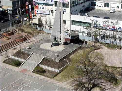 1950년 7월 국군과 경찰에 의한 민간인 및 좌익인사에 대한 집단학살은 같은 해 9월 북한 인민군에 의한 보복 학살로 이어졌다. 사진은 대전형무소 옛터에 세워져 있는 '반공애국자영령추모탑' 및 추모공원.