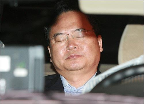 이인규 전 총리실 공직윤리지원관이 민간인 불법사찰 혐의로 24일 새벽 서울중앙지검에서 구속이 집행되어 구치소로 이송되고 있다. 기자들의 촬영이 시작되자 승용차 뒷 좌석에 앉은 이인규 전 지원관이 눈을 감고 있다.