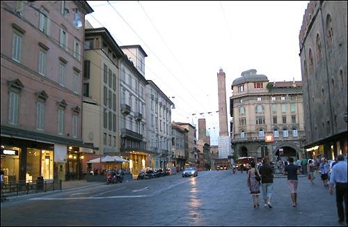 이탈리아 에밀리아 로마냐 주(州)의 볼로냐 시(市). 유럽서 가장 잘사는 도시 중 하나인 이곳엔 대기업이나 대규모 공단을 찾아볼수 없다. 자본주의 치열한 경쟁대신 협동과 연대의 정신으로 경제위기를 헤쳐나가는 이들의 조용한 혁명은 계속되고 있다. 사진은 볼로냐 시 중심부의 모습.