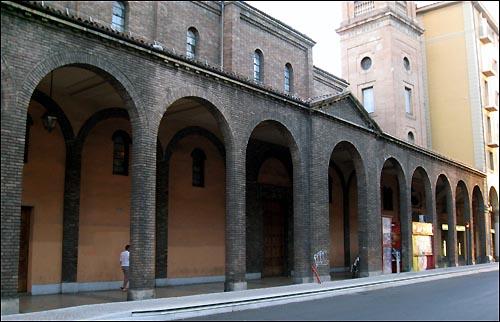 볼로냐 도심에는 모든 건물의 1층마다 아치 모양의 처마가 보도까지 뻗어 나와 있다. 이를 '포르티코(portico)' 라고 부른다. '볼로냐식 처마'는 이탈리아의 다른 어떤 도시에서도 볼 수 없는 또 하나의 명물이다.