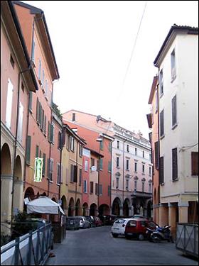 볼로냐는 '빨간도시'로도 불린다. 도시 전체에 붉은 벽돌의 건물들이 많기 때문이다. 사진은 볼로냐 중심부 거리에서 쉽게 찾아볼 수 있는 붉은 벽돌로 지어진 각종 건물들.
