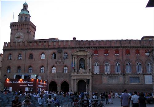 볼로냐 시청 건물. 시청 앞에는 마조레 광장이 위치해 있으며, 그곳에서 볼로냐의 주요행사가 이곳에서 주로 열린다.