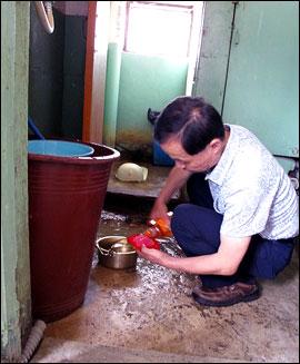 최저생계비 일일체험하는 홍희덕 의원 지난 7일 참여연대가 주최한 최저생계비 일일체험에 민주노동당 홍희원 의원이 참여하고 있다.