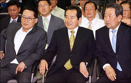 민주당 정세균 대표와 박지원 원내대표, 박주선 최고위원이 28일 밤 영등포당사에서 굳은 표정으로 7.28 재보선 개표결과를 지켜보고 있다.