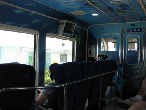 바다열차의 내부 모습. 일반 객차와는 달리 좌석이 모두 창을 향하고 있다.