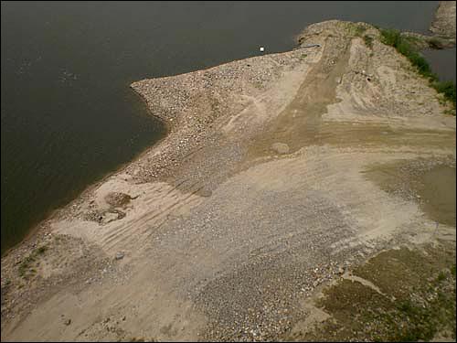 남한강 강변에 은모래는 사라지고 덤프트럭이 지나간 자국만 남았다.