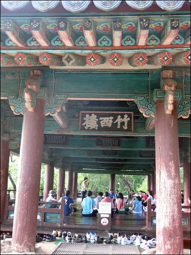 단체여행객들이 문화해설사의 설명을 듣고 있었다.