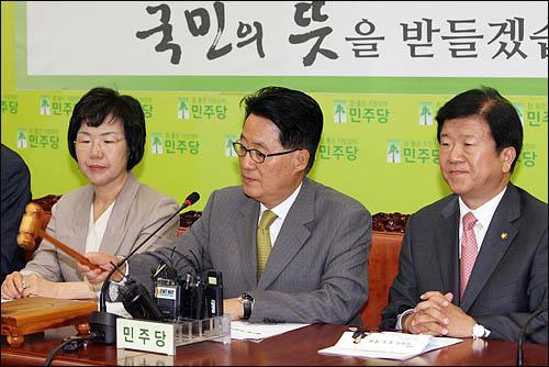 민주당 박지원 비상대책위원장이 4일 국회에서 비대위 첫 회의를 주재하고 있다.