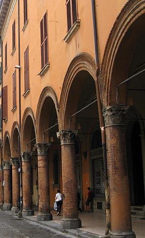 볼로냐대학은 세계 최고(最古)의 대학이다. 지동설을 주창했던 코페르니쿠스를 비롯해 '신곡'을 썼던 단테, 움베르토 에코 등이 이 학교를 거쳐갔다.