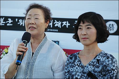 일본군 위안부 피해 이용수 할머니가 5일 오후 통영 강구안문화마당에서 열린 '평화인권 문화제' 때 송도자 대표를 소개하며 인사말을 하고 있다.