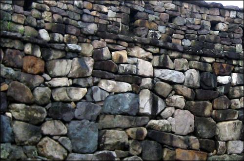 대부분 자연석으로 쌓은 성벽.