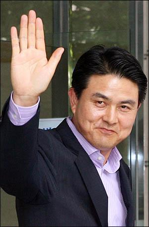 신임 국무총리로 내정된 김태호 전 경남지사가 8일 오후 서울 광화문의 한 오피스텔에 들어서며 취재진을 향해 인사하고 있다.
