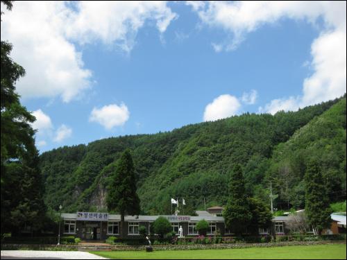 산세 좋은 골짜기에 자리한 정선미술관. '자연은 세상에서 가장 큰 학교'라는 문구가 인상 깊다.