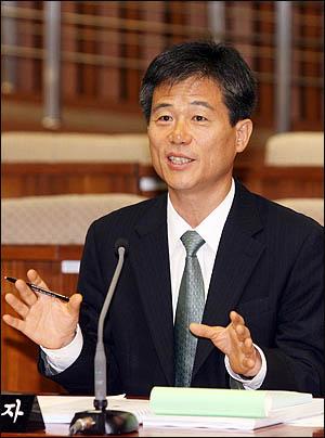 이인복 대법관 후보자가 12일 오전 국회에서 열린 인사청문특위에서 질의에 답변하고 있다.