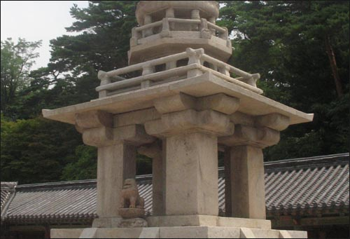 다보탑에 홀로 외로이 있는 사자상 한마리....