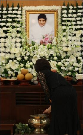 13일 오전 서울대학교병원 장례식장에 마련된 고 앙드레 김의 빈소를 찾은 조문객이 조문을 하고 있다.