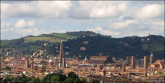 '빨간도시'라는 애칭을 갖고 있는 이탈리아의 볼로냐.  도시 전체에 붉은 벽돌의 건물들이 많기 때문이다. 또 유럽에서 가장 많은 중세 르네상스양식의 건물들을 가지고 있는 곳도 이곳이다. 그리고, 19세기이후 좌파 정치 성향을 보이면서, 자본주의 보다 여전히 사회주의와 공산주의에 대한 인기가 높은 곳이기도 하다.