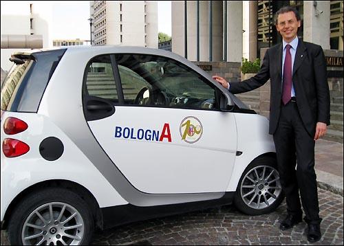 체베니니 의원이 타고다니는 차는 소형차인 '스마트'다. 축구광인 그의 차에는 지역 프로축구팀인 볼로냐FC의 로고가 선명하다.